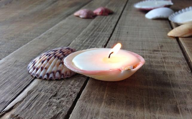 Decorazioni fai da te: candele con le conchiglie, da sheknows.com