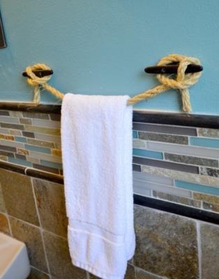 Arredamento mare: porta asciugamani con la corda da marinaio, da h2obungalow.com