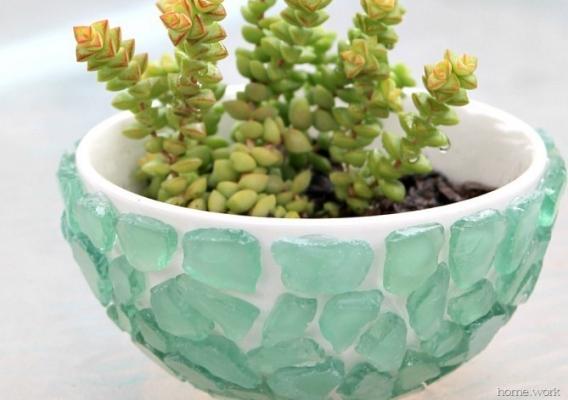 Decorazioni fai da te con pezzi di vetro levigato: vaso per le piante grasse, da carolynshomework.com