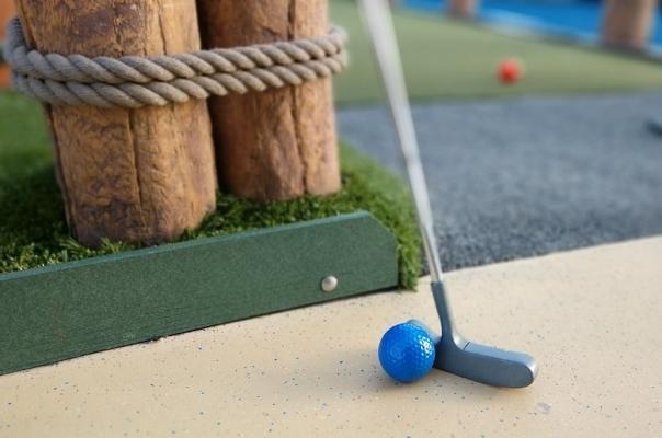 Attrezzature per minigolf: piste, palline e mazze