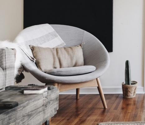 Battiscopa in legno bianco decorato con modanature, stile inglese