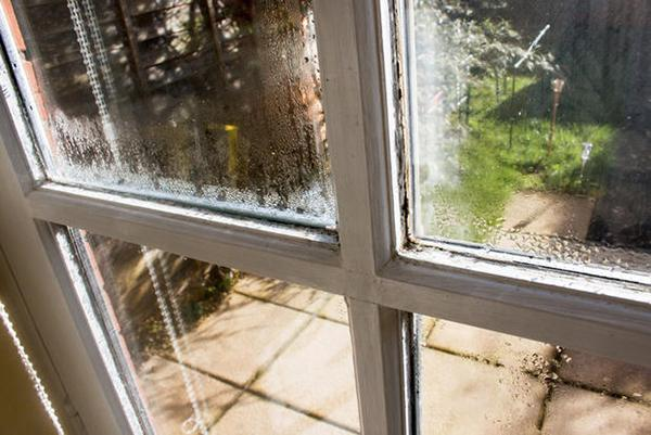 Un'errata sigillatura degli infissi produce umidità di condensa