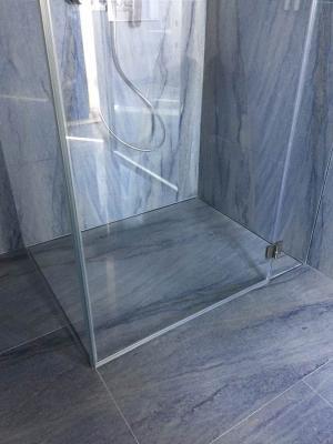 Box doccia con pedana Jolly Stratifica di Silverplat e una lastra in pietra