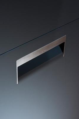 Arclinea, anta curvata in nanomateriale Fenix