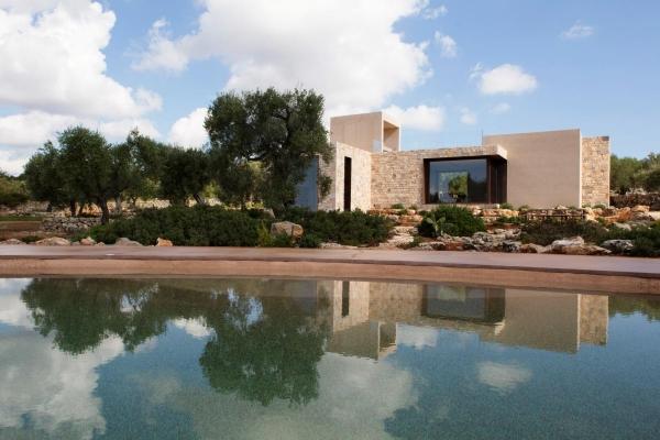 Piscina naturale Natural Pools&G. perfettamente integrata nel paesaggio