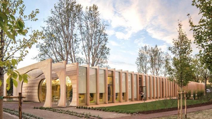 Edificio contemporaneo in legno lamellare di Rubner Holzbau