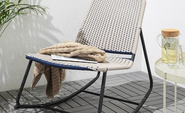 Sedia a dondolo da esterni collezione O?VERALLT - Design e foto by IKEA