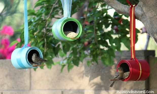Mangiatoia per uccelli con barattoli di latta, da www.momendeavors.com