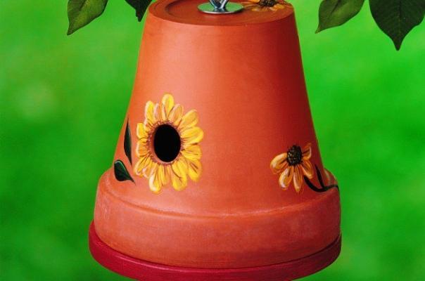 Casetta per uccellini con un vaso, da birdsandblooms.com