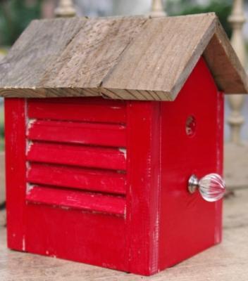 Casetta per uccellini con materiali di recupero, da createandbabble.com