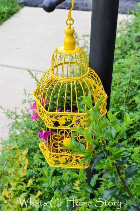 Riciclo gabbie per uccelli in fioriera, da whatsurhomestory.com