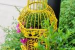 Riciclo gabbie per uccelli: fioriera, da whatsurhomestory.com