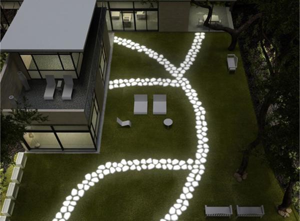 Percorso a pavimento con ciottoli luminosi di Serralunga