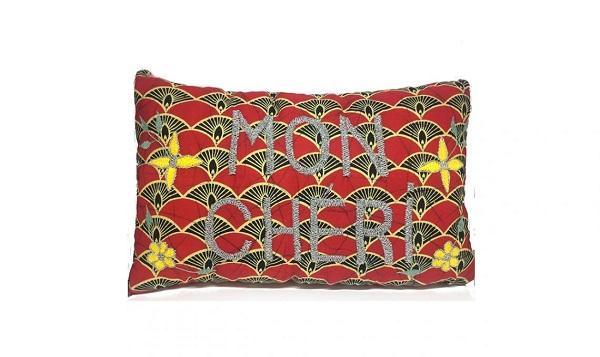 Un cuscino in stile etnico