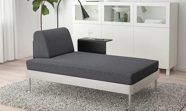 Chaise Longue DELAKTIG con tavolino e lampada integrati - Design e foto by IKEA