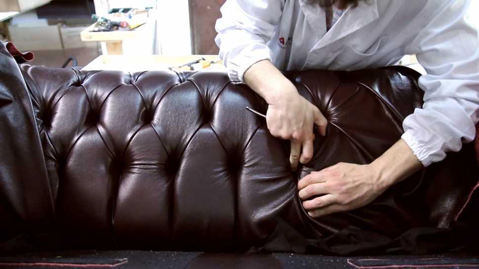 Lavorazione artigianale divano Chesterfield - VAMA Divani