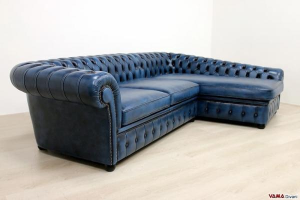 Divano Chesterfield con penisola blu vintage