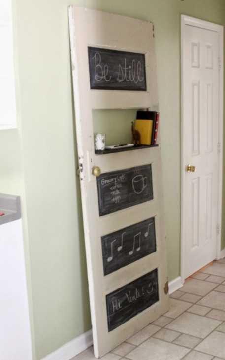 Riciclo di una vecchia porta trasformata in lavagna, da revolutionariesmarket.com