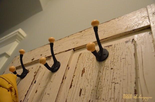 Riciclo vecchie porte: appendiabiti, parte 2, da masonjarchampagne.blogspot.com
