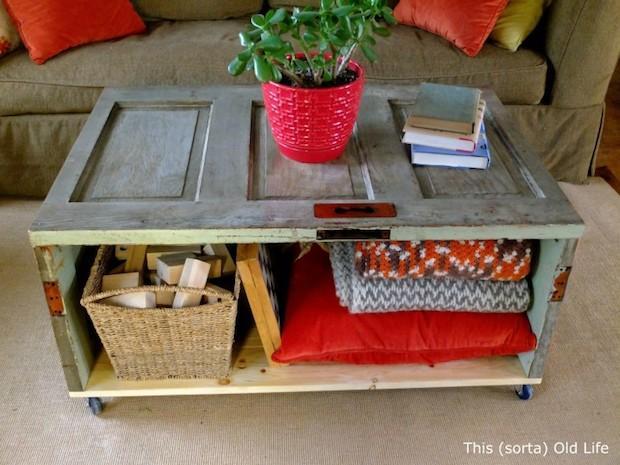 Riciclo vecchie porte: tavolino da salotto, da thissortaoldlife.com