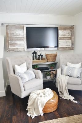 Riciclare una vecchia porta come copri tv, da lizmarieblog.com