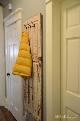 Riciclo vecchie porte: appendiabiti, da masonjarchampagne.blogspot.com