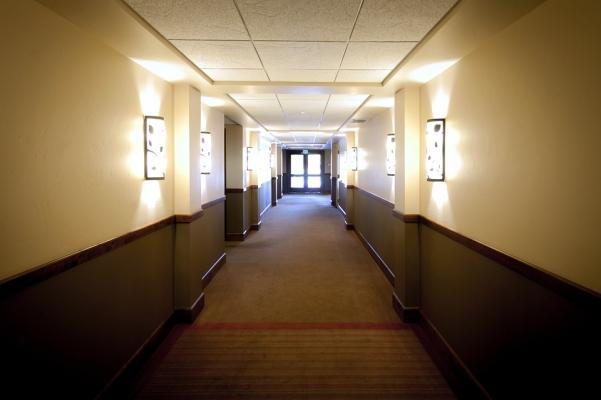 Un corridoio lungo può essere riproporzionato da fasce orizzontali