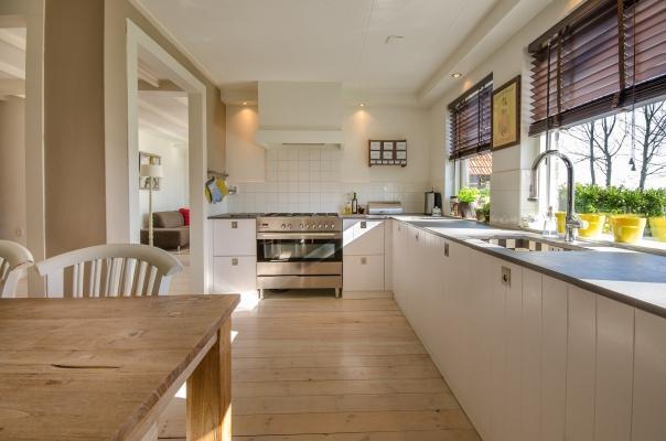 La disposizione dei mobili in cucina richiede il rispetto degli spazi di manovra