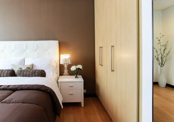 Nel disporre i mobili in camera dare il giusto spazio intorno al letto
