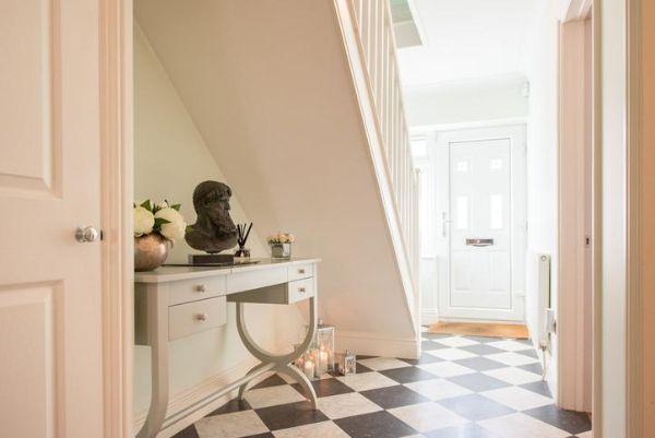 Un pavimento a piastrelle quadrate dona vivacità e ampiezza al corridoio