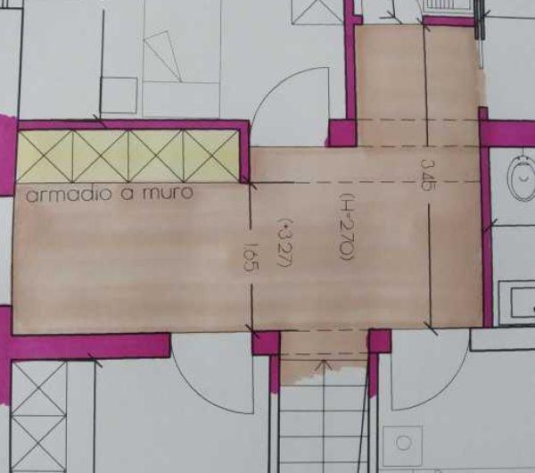 Un armadio a muro sfrutta lo spazio del corridoio - progetto Arch. Caterina Scamardella