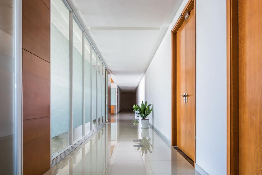 Pareti traslucide rendono il corridoio più luminoso
