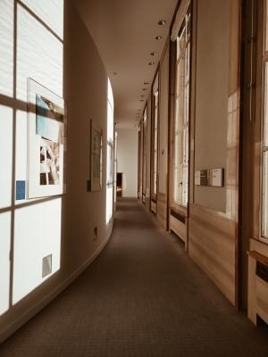 Un lungo corridoio può essere ridimensionato creando ripartizioni ad hoc sulle pareti