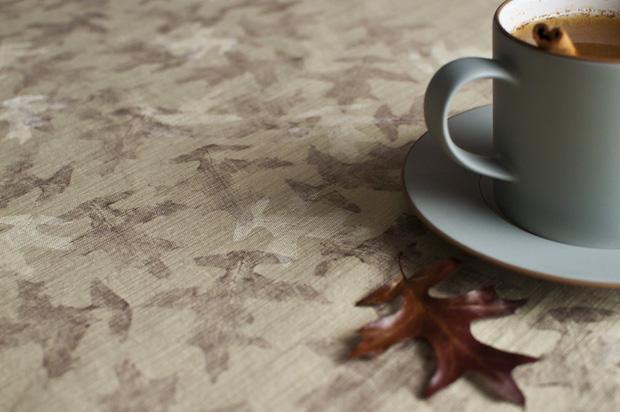 Tovaglia decorata con foglie secche, da funtober.com