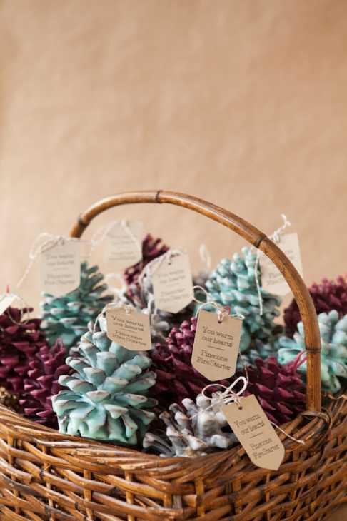 Decorazioni fai da te con le pigne: cadeau per gli ospiti, da somethingturquoise.com
