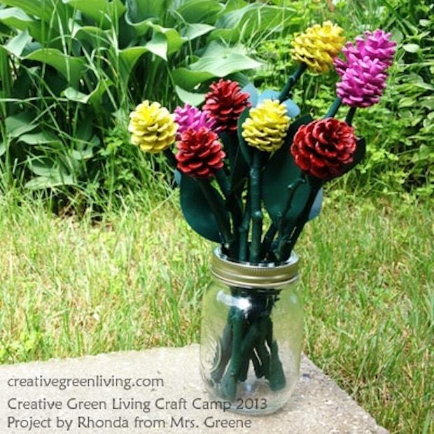 Bouquet di fiori con le pigne colorate, da creativegreenliving.com