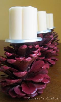 Portacandele con il riciclo creativo di pigne, da crissyscrafts.blogspot.com