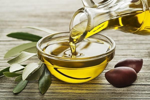 Olio d'oliva in recipiente