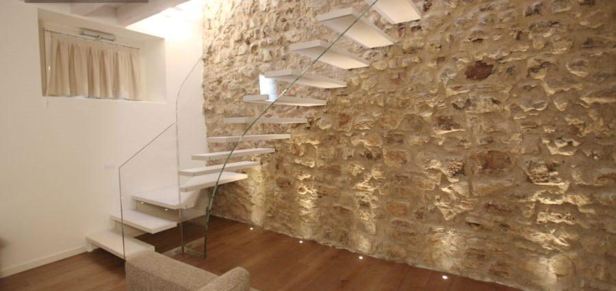 Scala di design su parete in pietra - Roversi