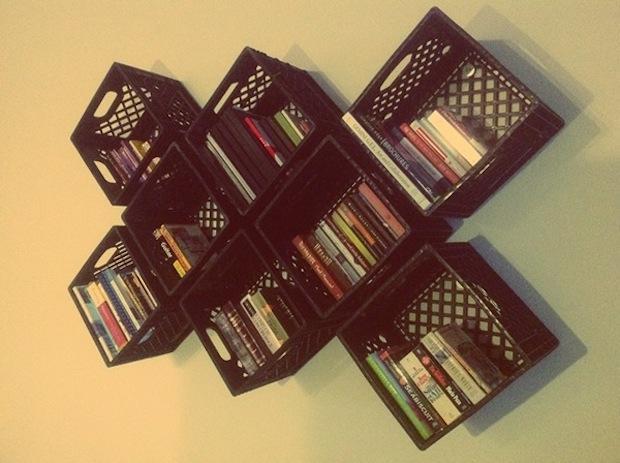 Riciclo cassette di plastica: libreria, da benhance.com