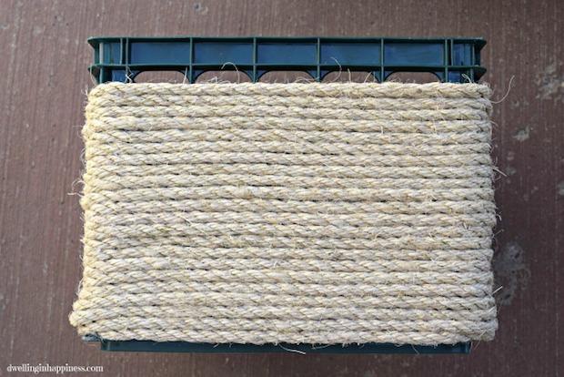 Riciclo creativo cassette di plastica: pouf, parte 3, da dwellinginhappiness.com