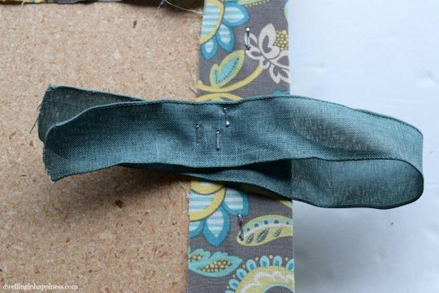 Riciclo creativo cassette di plastica: pouf, parte 6, da dwellinginhappiness.com