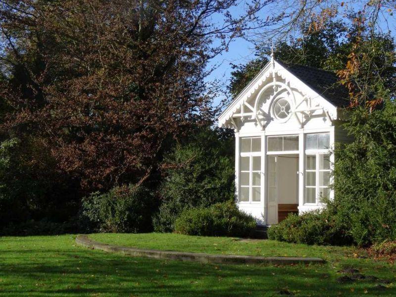 Casa con giardino con verde prato