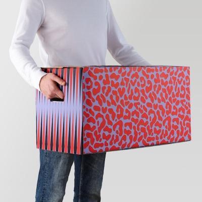 Cartone da imballaggio Ombyte: rosso e nero maculato - Design e foto by Ikea