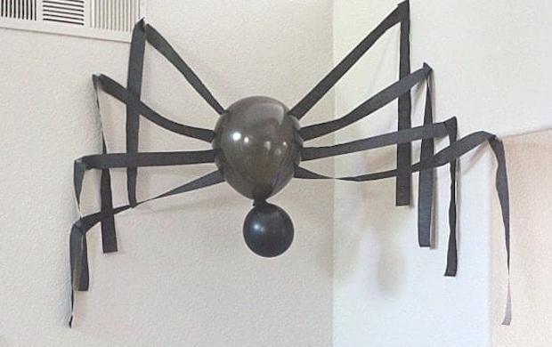 Festa di Halloween addobbi: ragno gigante, da thepinningmama.com