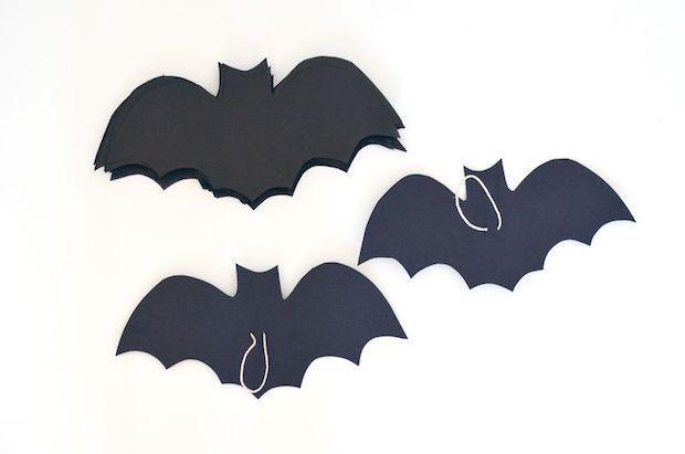 Festa di Halloween: ghirlanda di pipistrelli, parte 2, da abeautifulmess.com