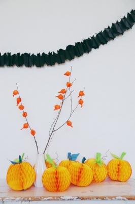 Festa di Halloween: addobbi in carta, da abeautifulmess.com