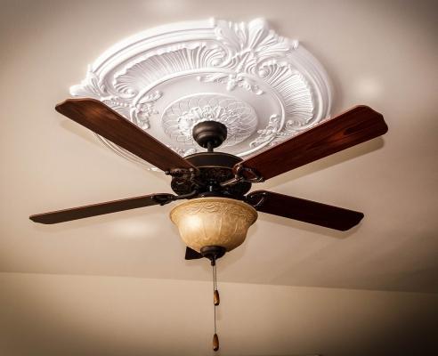 Ventilatore lampadario al centro della stanza: montaggio al soffitto