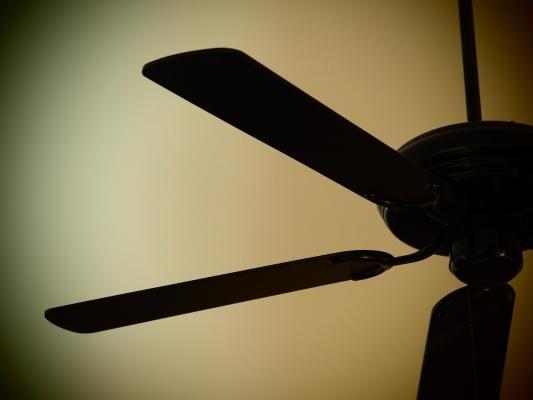 Come installare un ventilatore a soffitto fai da te