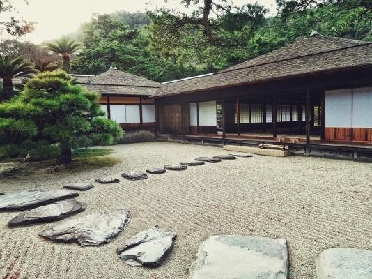 Il tipico giardino zen giapponese con ciottoli e pietre